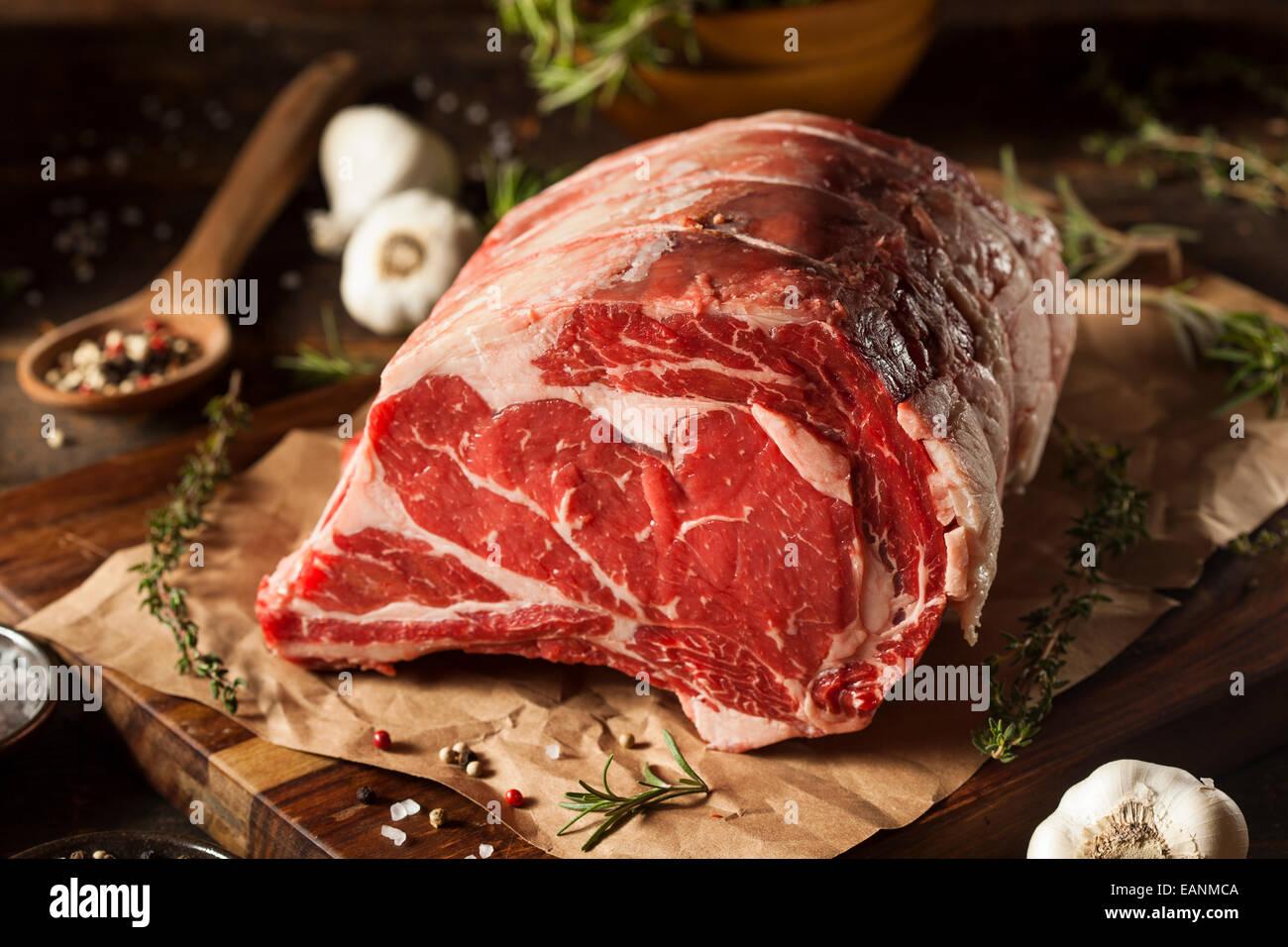 Nourris d'herbe brut Premier viande de côtes avec des herbes et épices Photo Stock