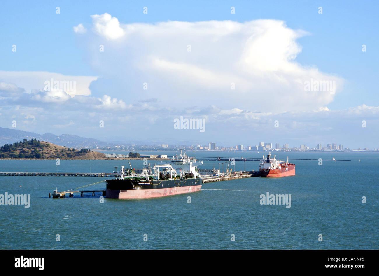 Les pétroliers et les cargos à quai à la Richmond Californie pier Banque D'Images
