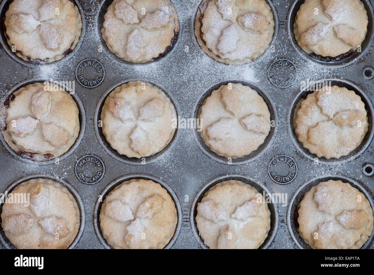 La cuisson des petits pâtés de Noël Photo Stock