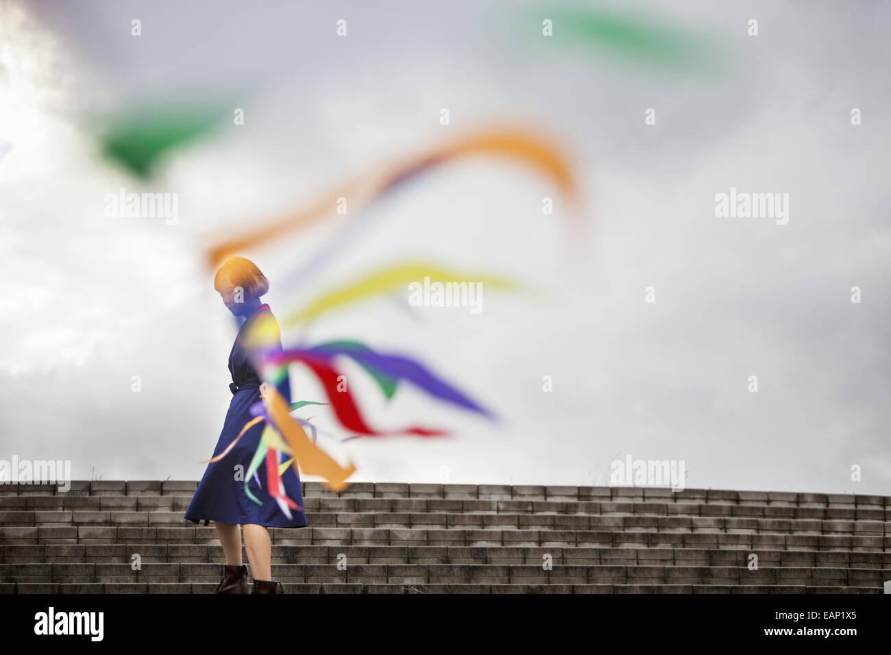 Un artiste lors d'une performance le déplacement d'une ligne de drapeaux ou banderoles. Photo Stock