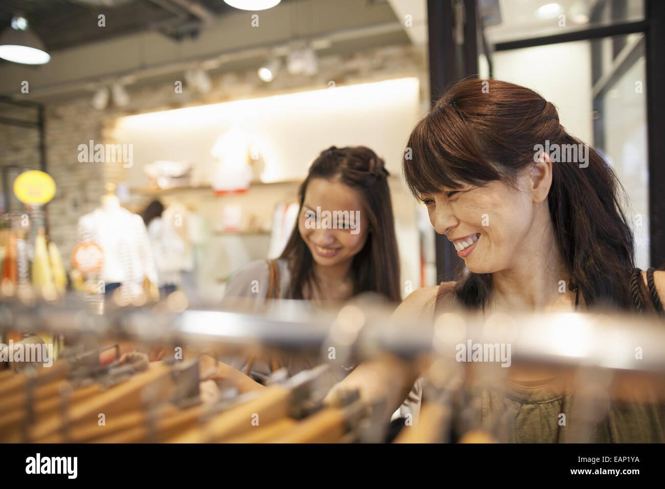 Mère et fille sur un voyage de shopping. Photo Stock