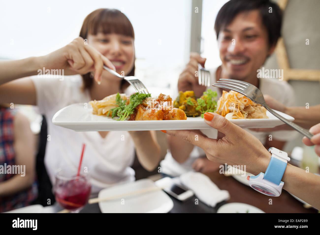 Groupe d'amis partageant un repas. Photo Stock