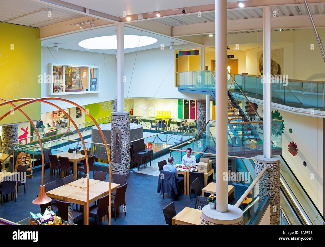 Au café du Rheged, Lake District l'attraction, près de Penrith, Cumbria, Angleterre, Royaume-Uni Photo Stock
