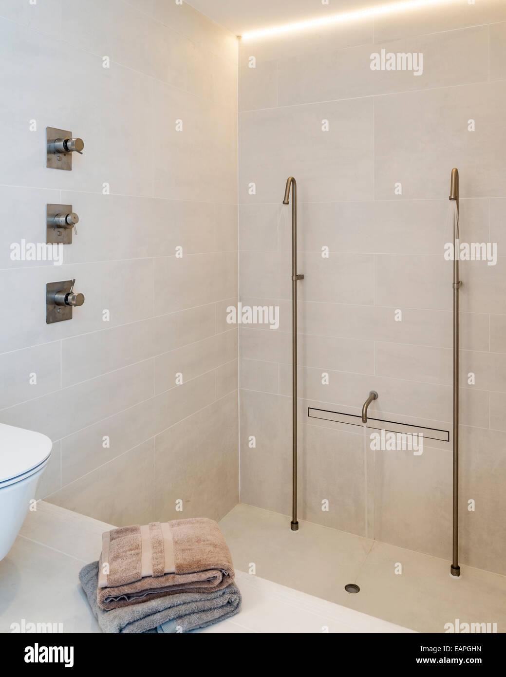 Baignoire encastrée dans la salle de bains avec douche Boffi ...