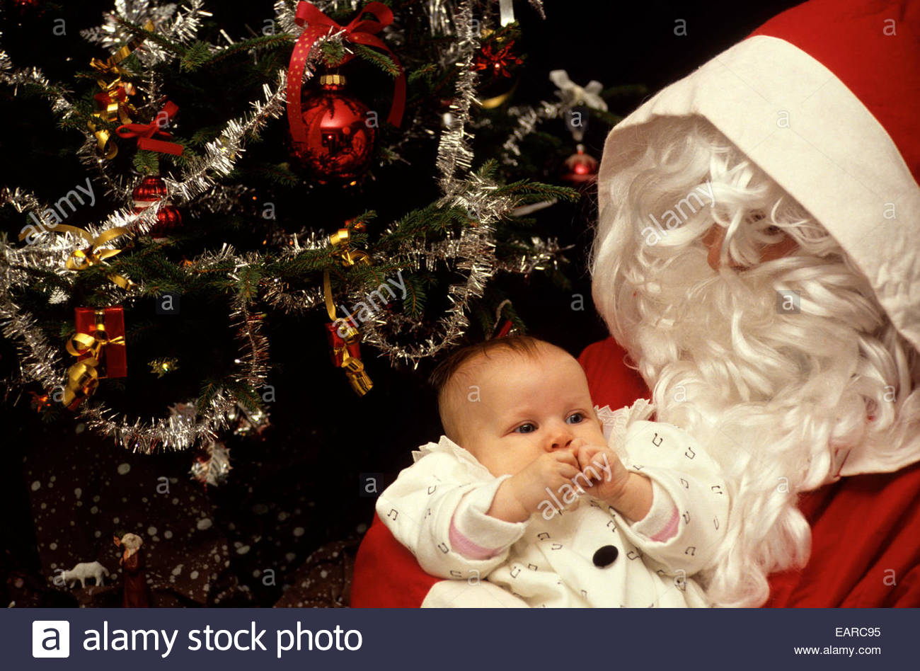 Le Père Noël avec un bébé, France. Parution du modèle Photo Stock