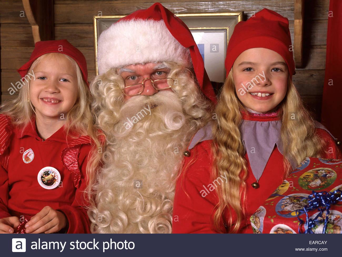 Père Noël avec deux enfants, à Rovaniemi, Finlande. Photo Stock