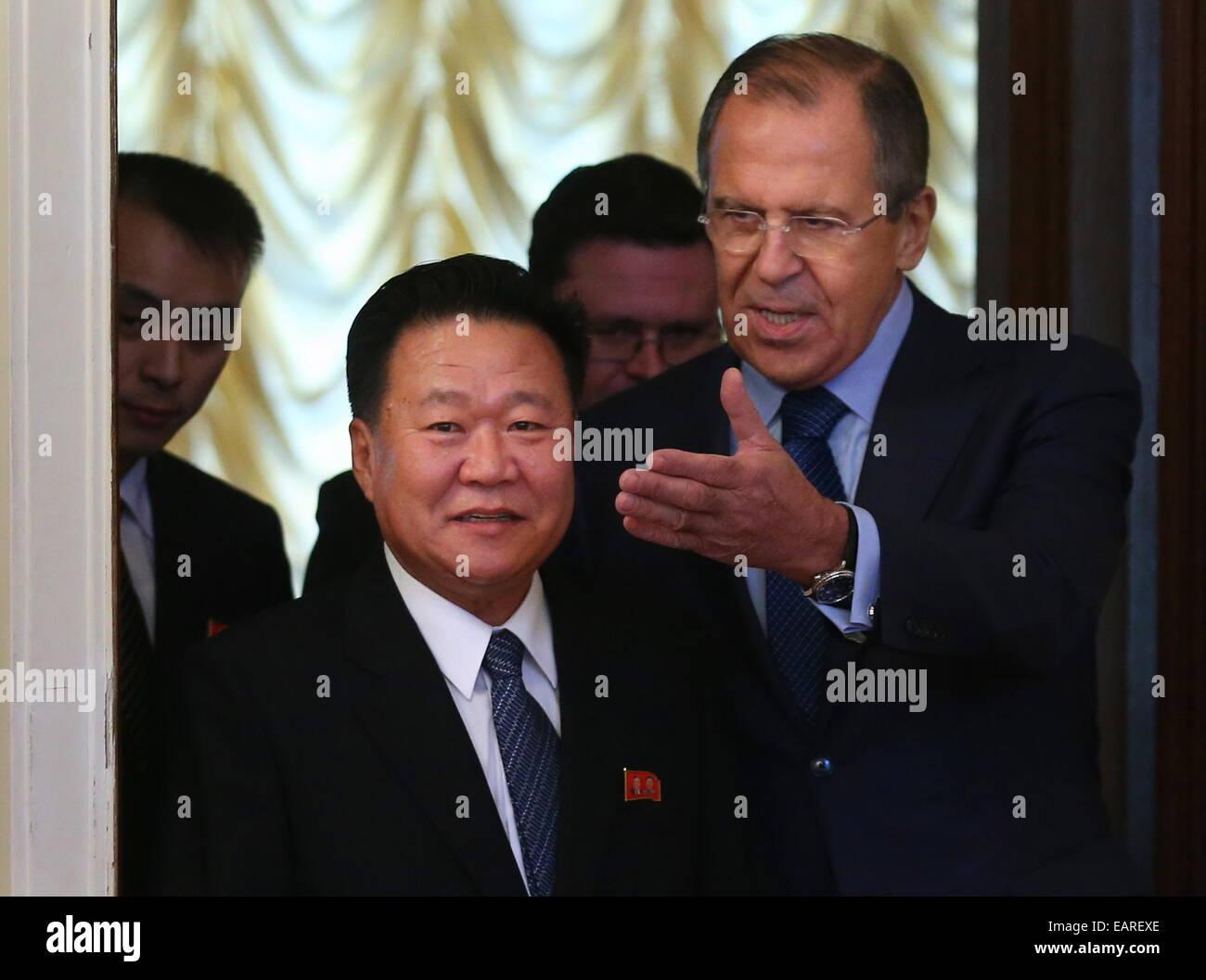 Moscou, Russie. 20 Nov, 2014. Le Ministre russe des affaires étrangères Sergei Lavrov avant (R) se félicite Photo Stock