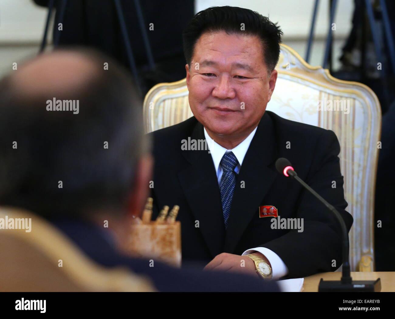 Moscou, Russie. 20 Nov, 2014. Choe Ryong Hae (R), membre du Présidium du Parti des travailleurs de la République Photo Stock