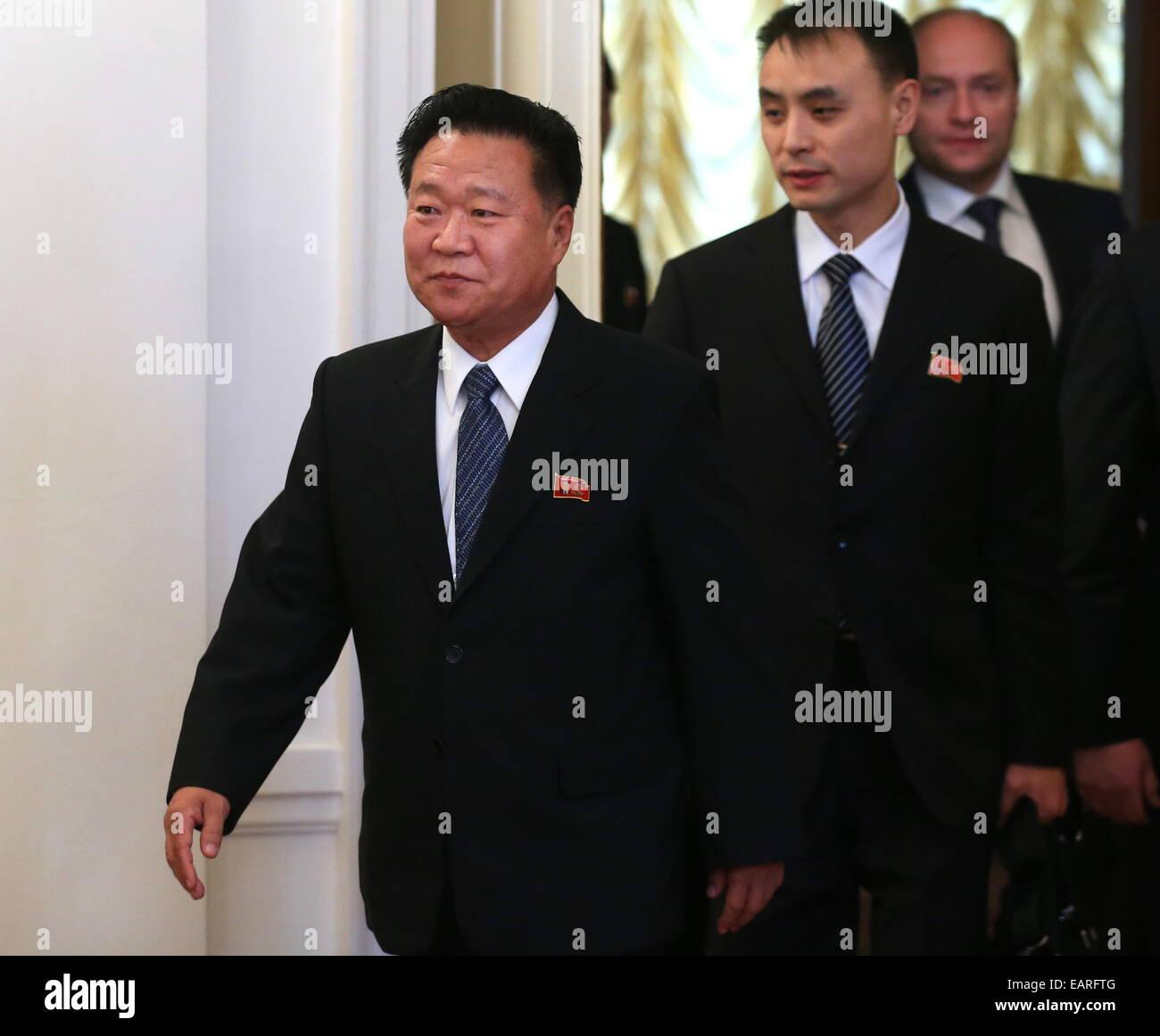 Moscou, Russie. 20 Nov, 2014. Choe Ryong Hae (L), membre du Présidium du Parti des travailleurs de la République Photo Stock