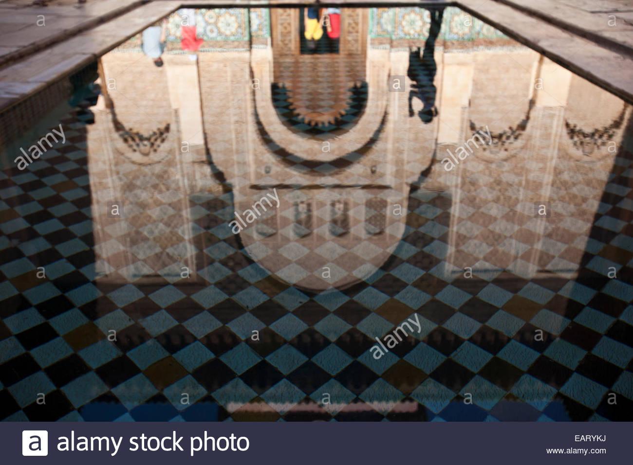 Le miroir d'eau à l'intérieur de la Madrasa Ben Youssef. Photo Stock