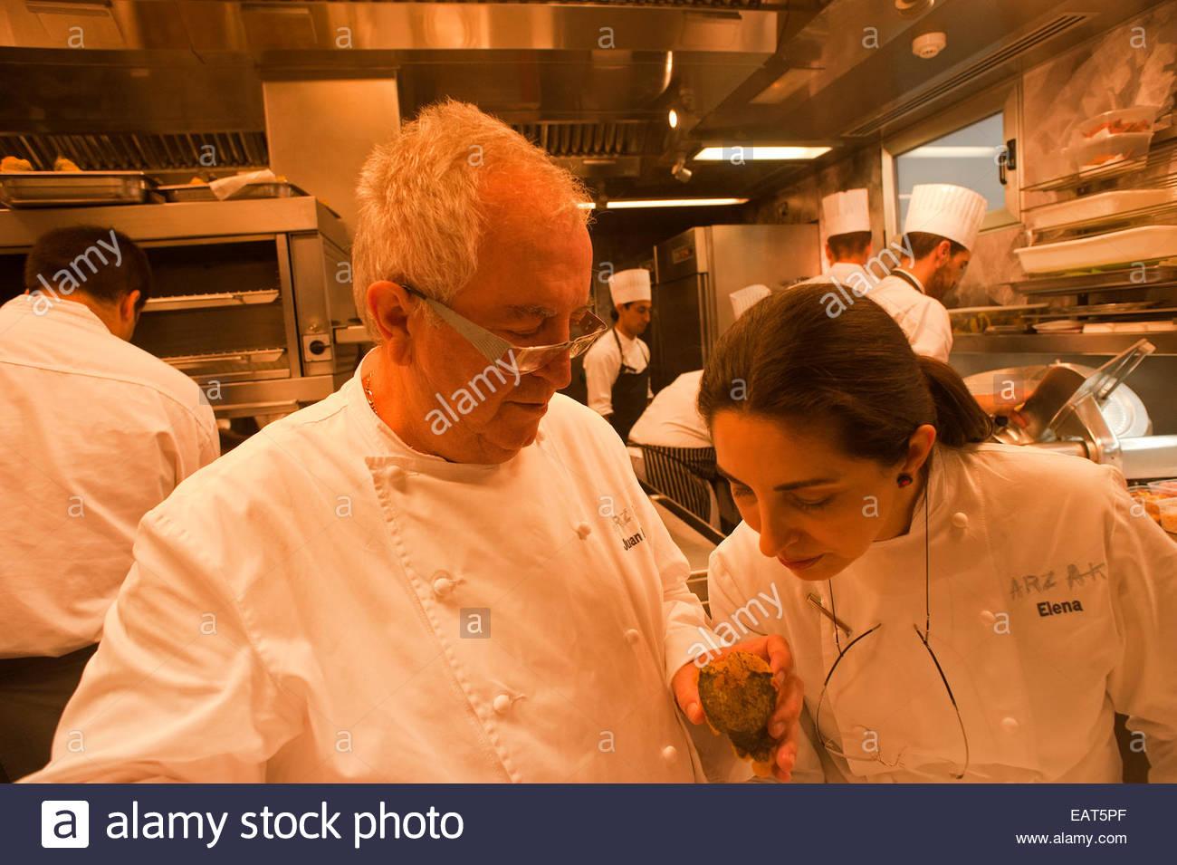Chef Juan Mari Arzak et sa fille Elena Arzak dans la cuisine du Restaurant Arzak. Photo Stock