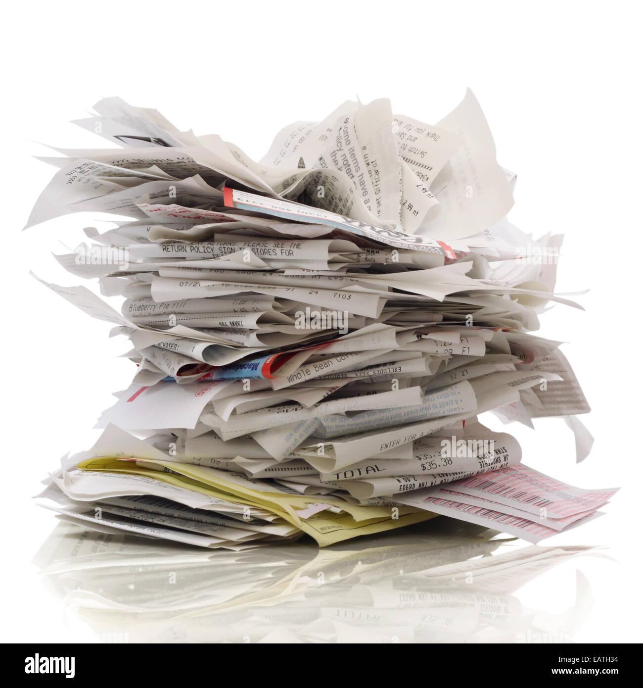 Énorme pile de reçus sur un fond blanc Photo Stock