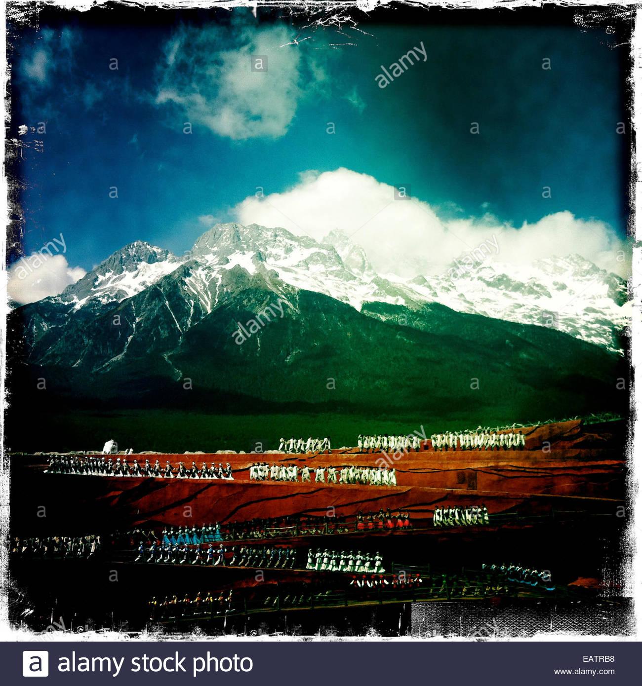 Plus de 500 personnes à effectuer l'impression Lijiang show. Photo Stock