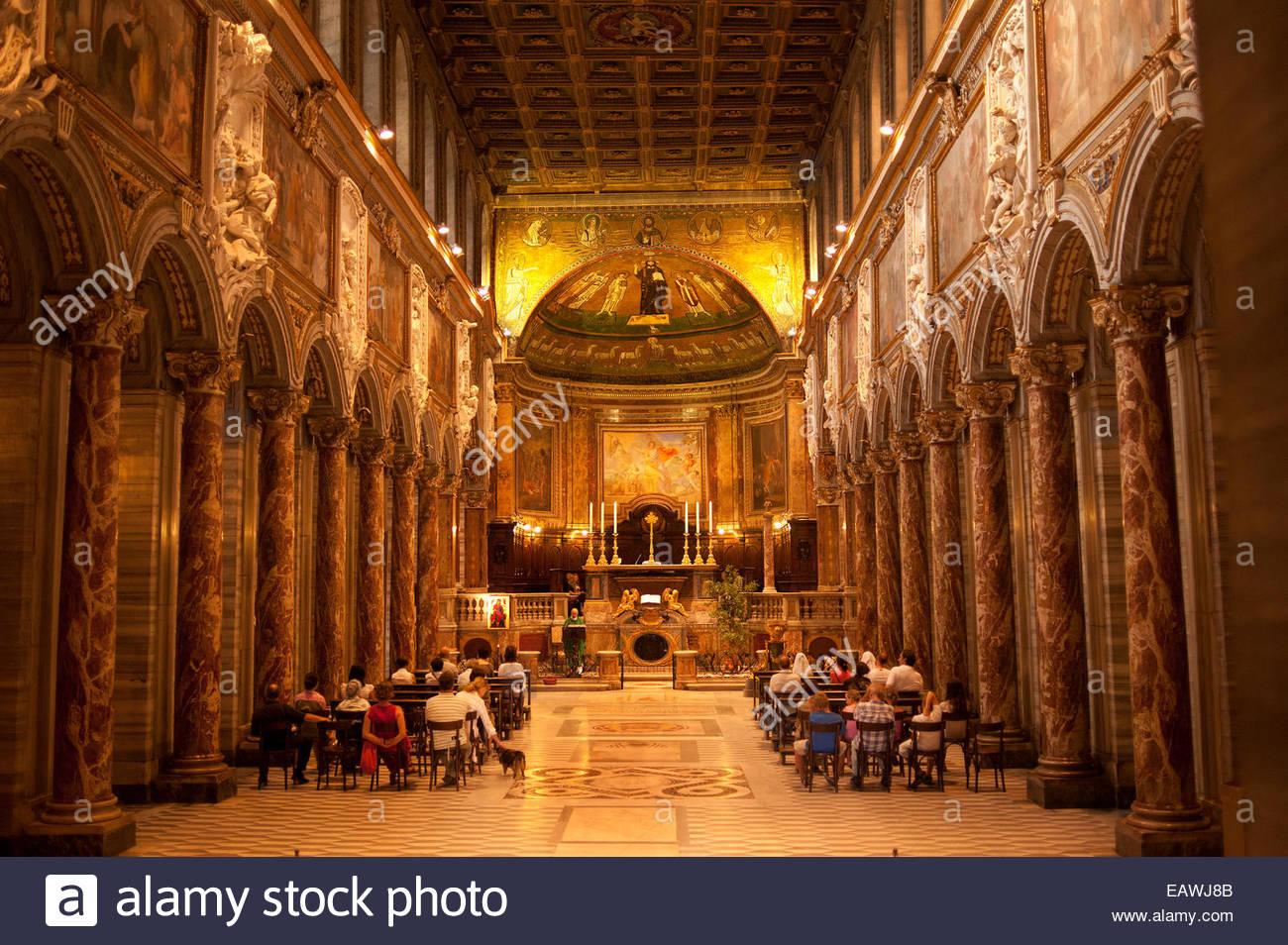 Fidèles à une service à la basilique San Marco à Rome. Photo Stock