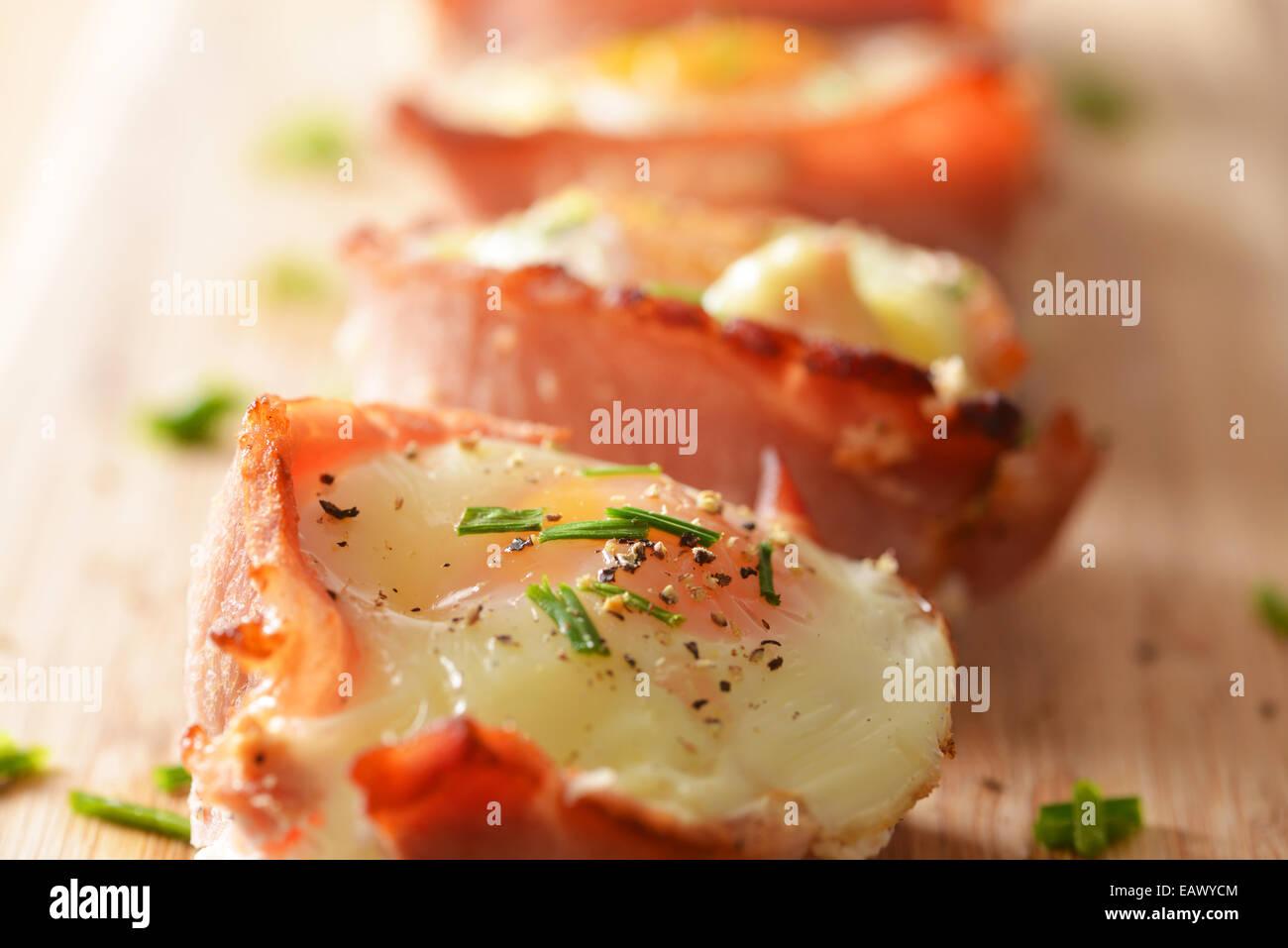 Œuf et bacon cupcakes servis et prêts à manger. Photo Stock