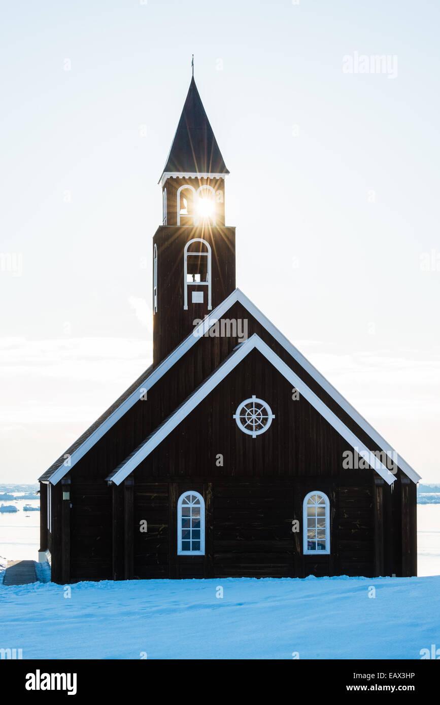 Lumière du soleil à travers le clocher d'une église en hiver Photo Stock