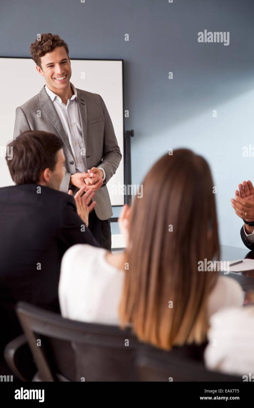 Businessman facilitant les discussions de groupe à une réunion d'affaires Photo Stock