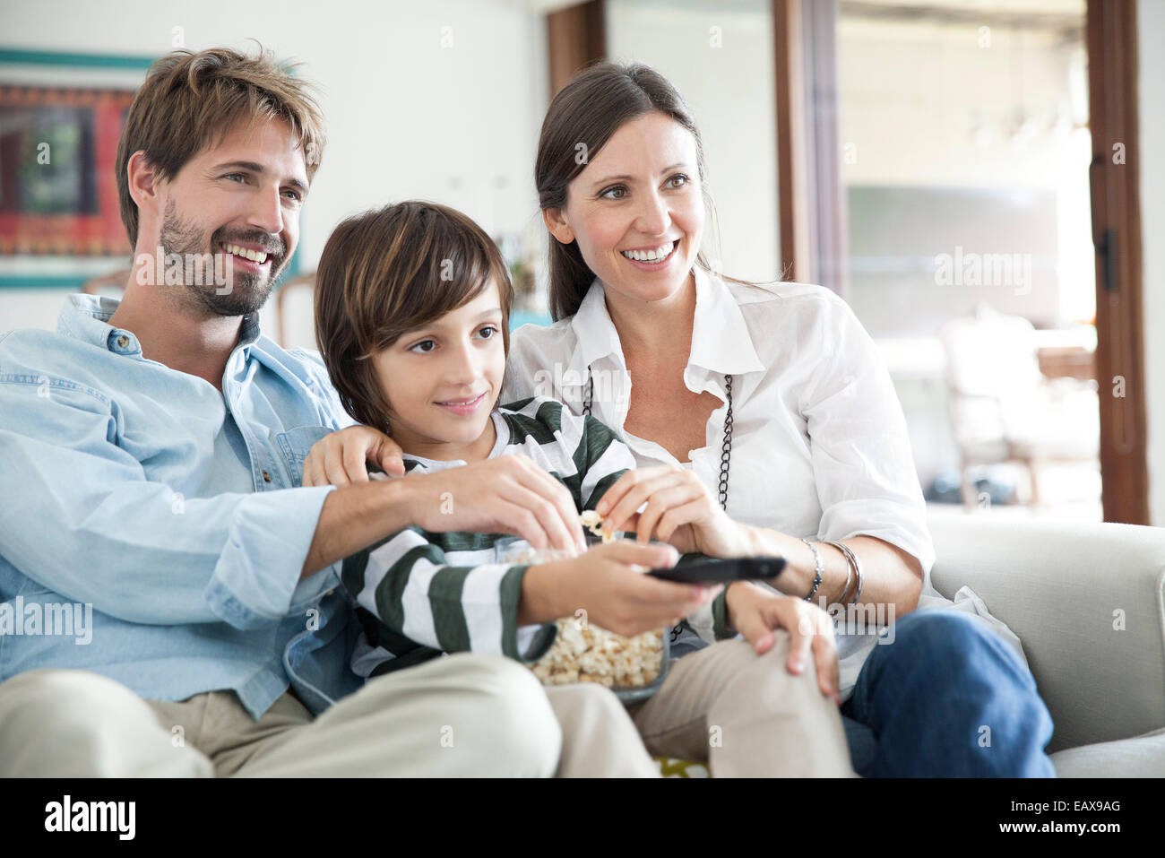 Regarder la télévision ensemble famille Photo Stock