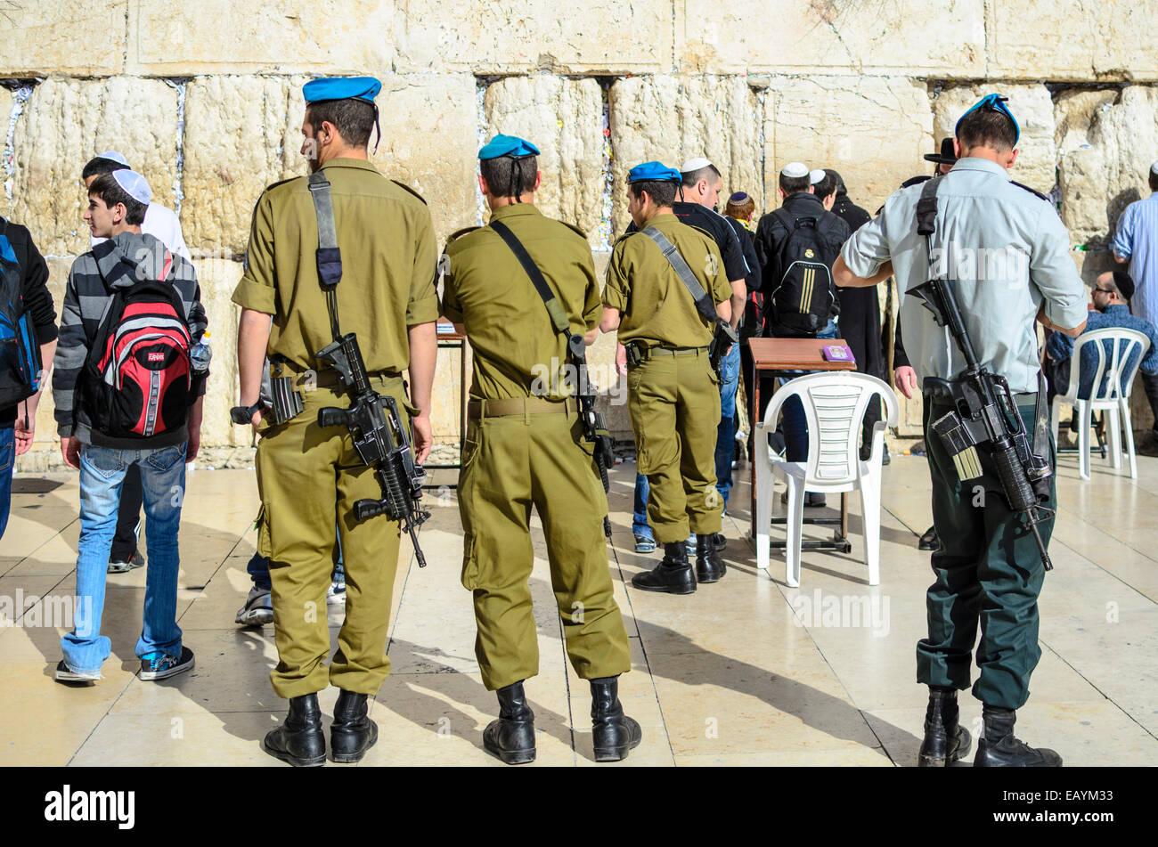 Jérusalem, Israël - 23 février 2012: des soldats israéliens montent la garde devant le Photo Stock