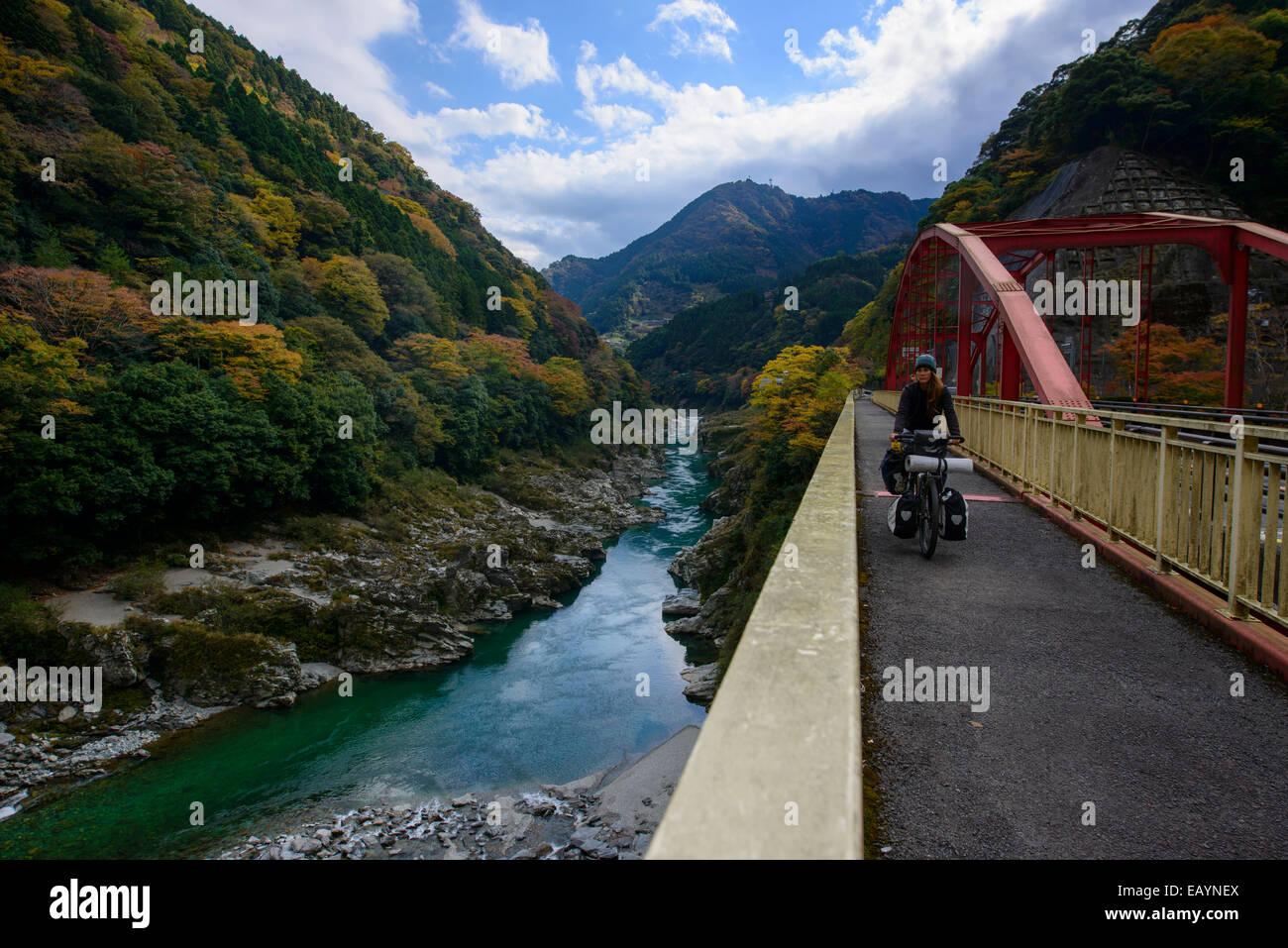 Randonnée à vélo le long de la Koboke canyon, l'île de Shikoku, Japon Photo Stock