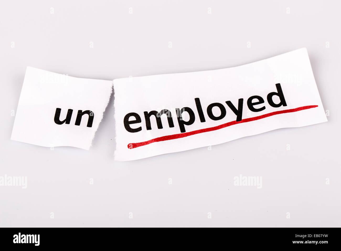 Le mot changé aux travailleurs sans emploi sur papier déchiré et fond blanc Photo Stock