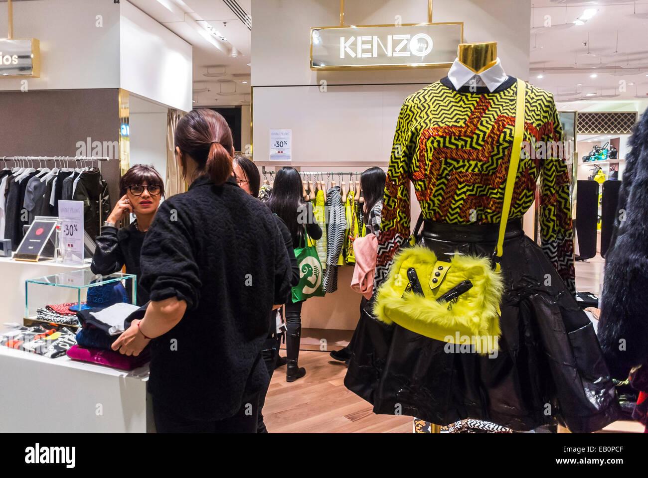 Paris, France, les femmes Faire du shopping à l intérieur du grand magasin  français,  Galeries Lafayette , concepteur de vêtements franco-japonais,  Kenzo, ... 4d41fea242d