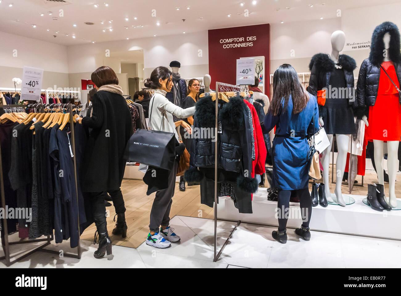 Paris, France, les femmes Faire du shopping à l'intérieur du grand magasin français, les Galeries Lafayette, des marques de vêtements 'Comptoir des ...