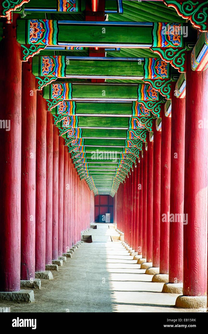 Colonnade en un palais royal, le Palais Gyeongbokgung, Séoul, Corée du Sud Banque D'Images