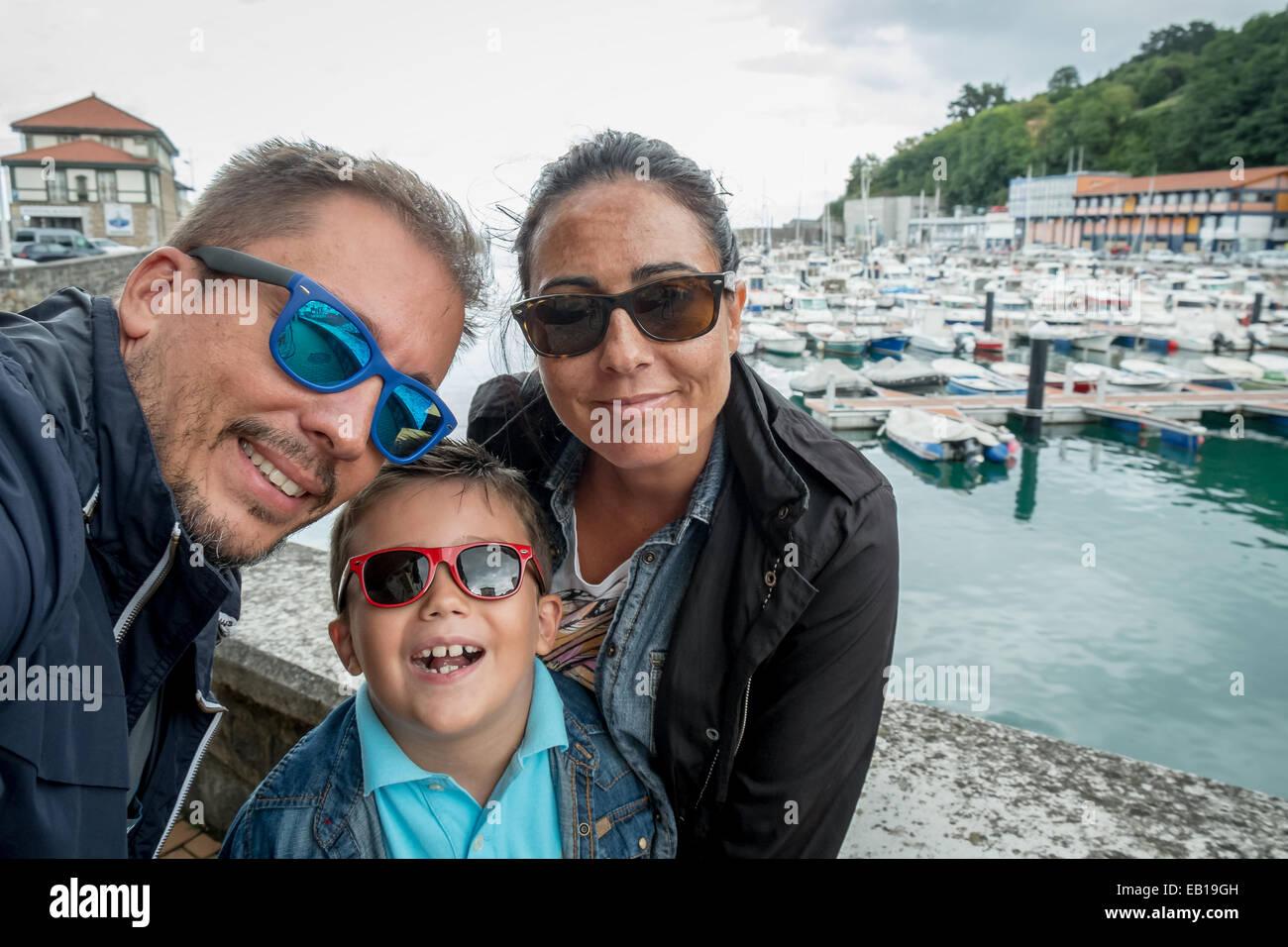 Family having fun portant des lunettes de soleil et forme à une caméra prenant des vacances sur photographie Photo Stock