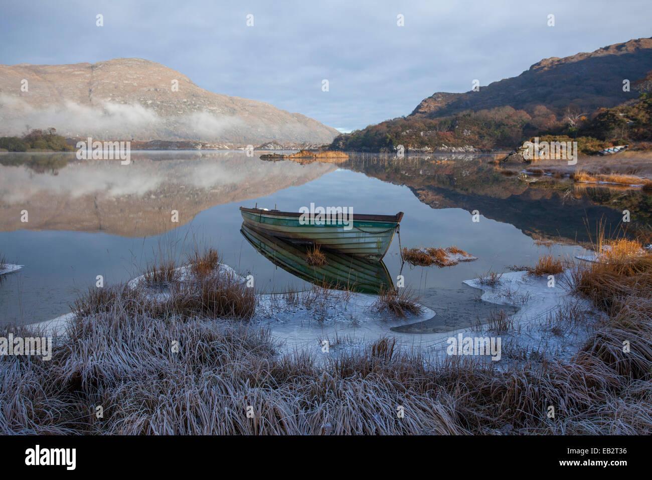 Frosty bateau de pêche sur la rive du lac Supérieur, le Parc National de Killarney, comté de Kerry, Photo Stock