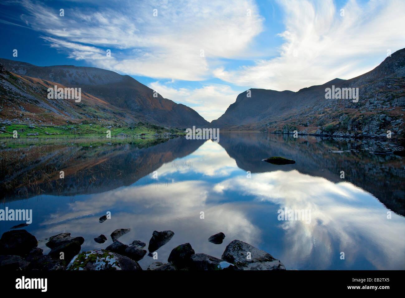 Le Macgillycuddys Reeks montagnes reflété dans le Lac Noir, Gap of Dunloe, comté de Kerry, Irlande. Photo Stock
