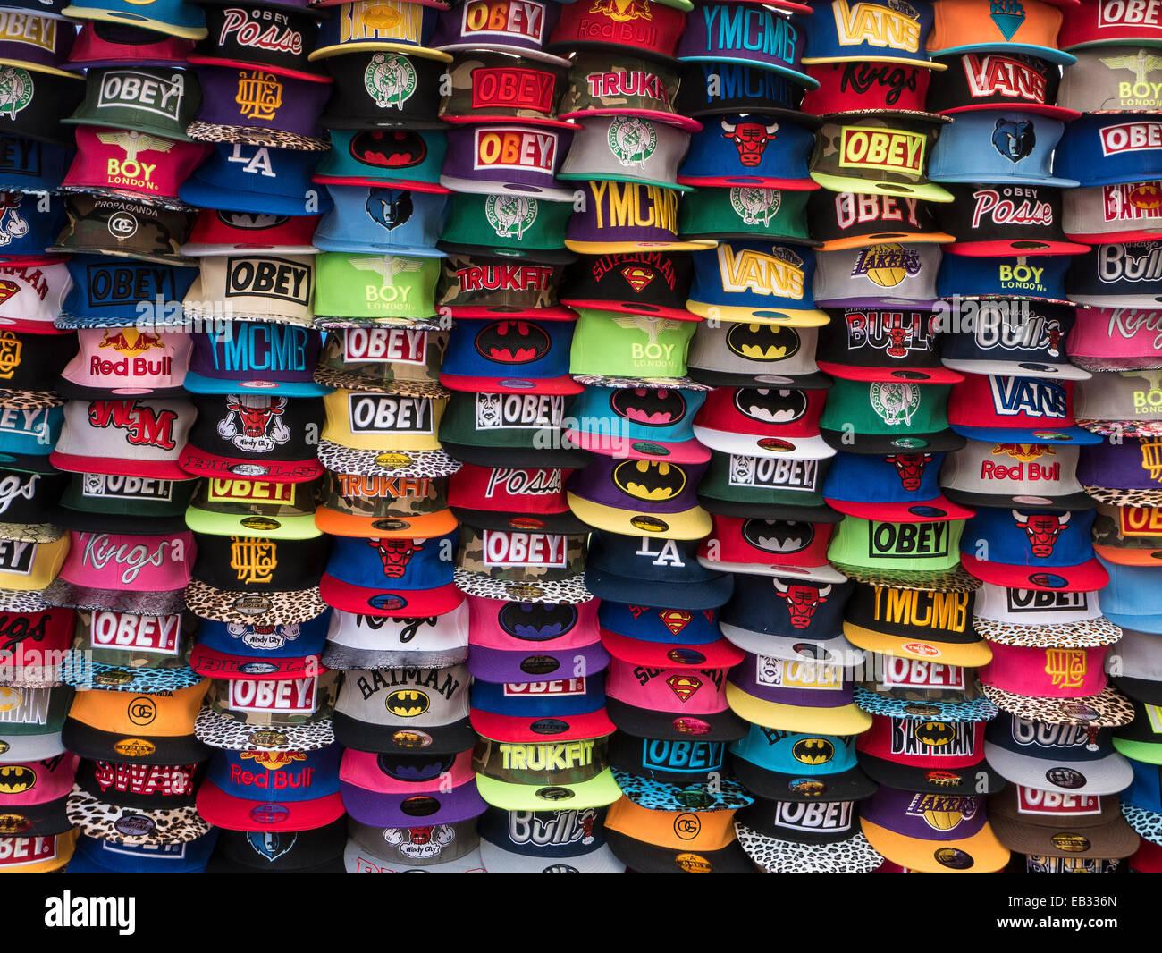 1d8ac90d5941d2 Des casquettes de base sur le marché espagnol, wc séparés Photo Stock