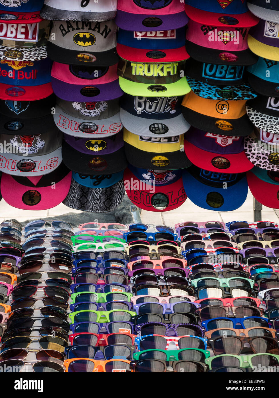 f7e931192b29c5 Des casquettes de base et des lunettes de soleil sur le marché espagnol, wc  séparés