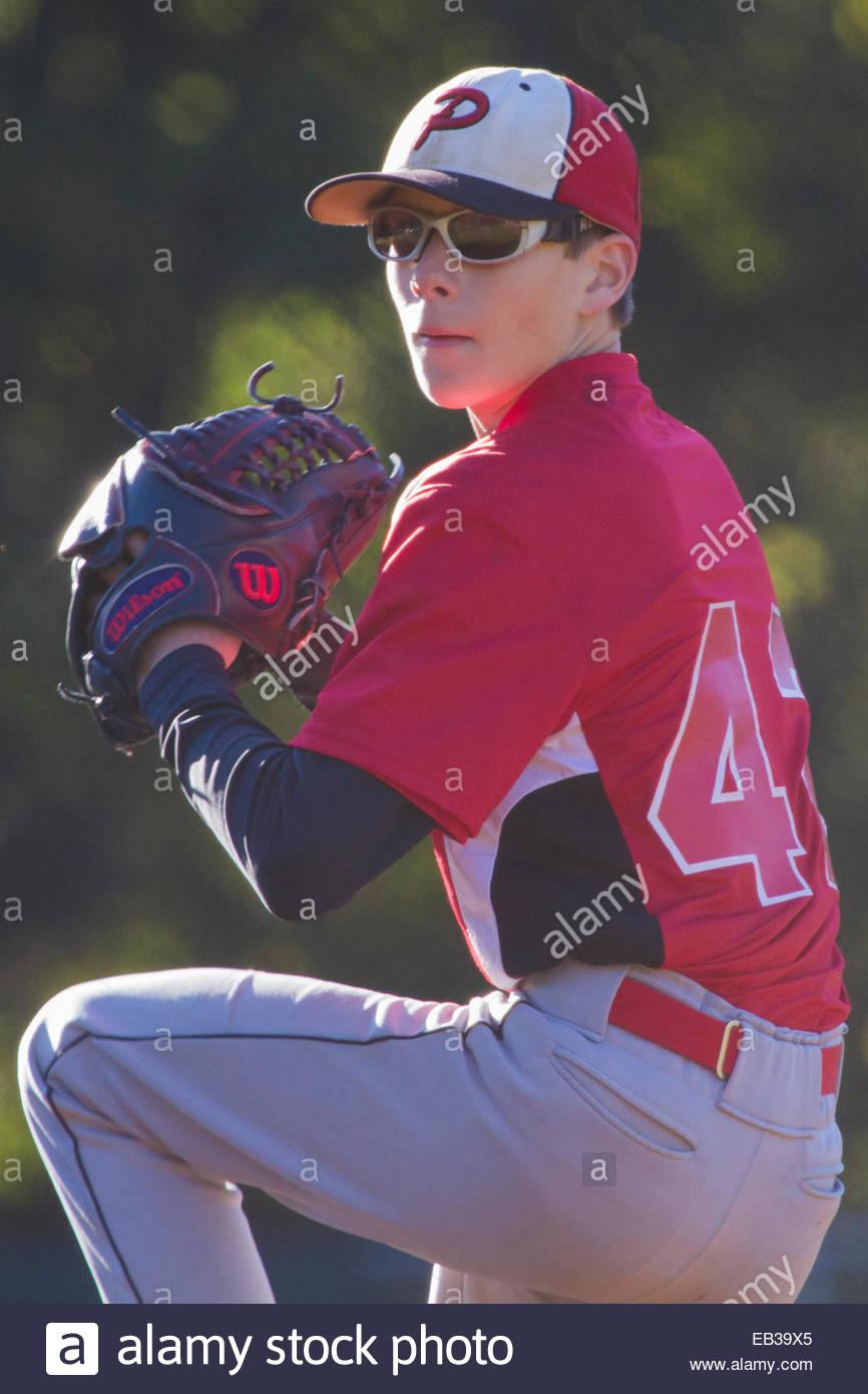 Un 13-année-vieux garçon dans un pitching USSSA match de baseball. Photo Stock