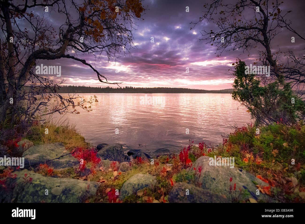 Vue sur lac au crépuscule Photo Stock