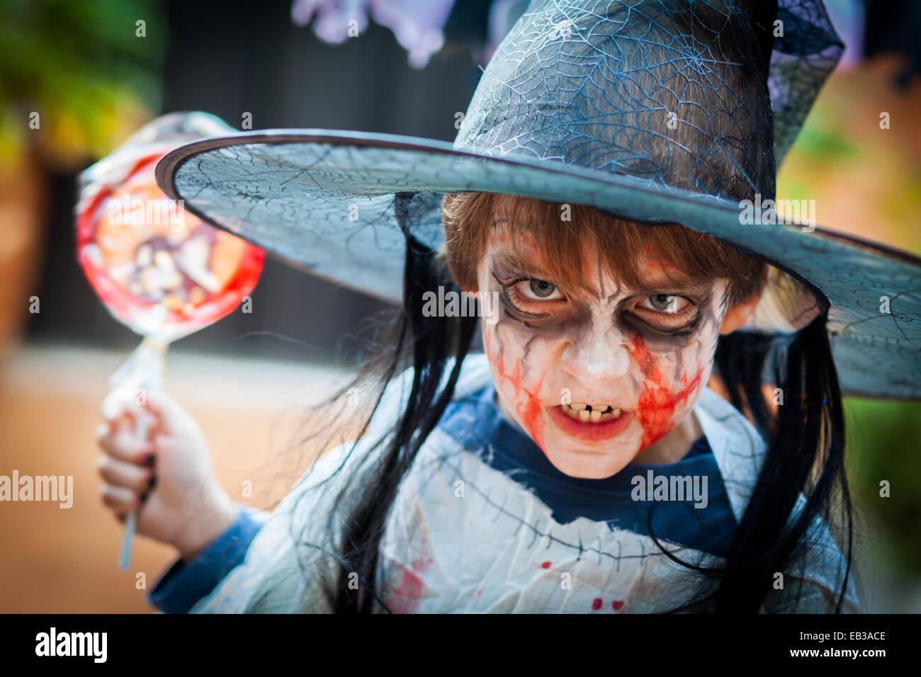 Boy (8-9) avec des costumes effrayants pour Halloween Photo Stock