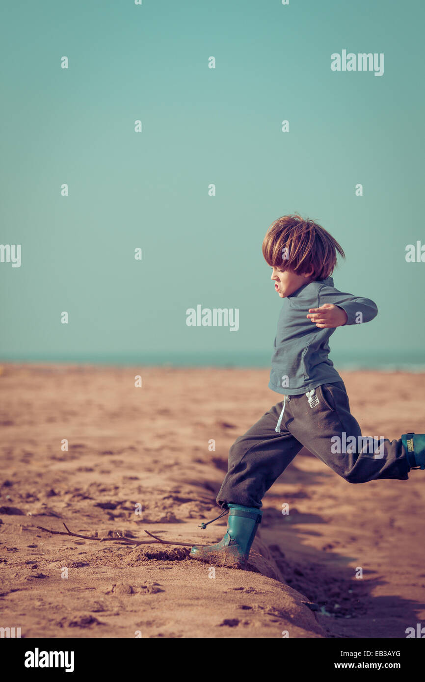 Boy running on beach, Maroc Photo Stock