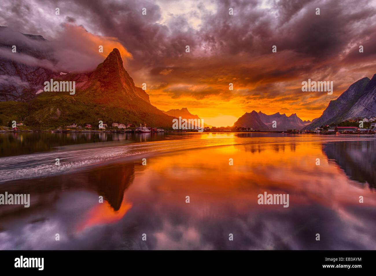 La Norvège, les îles Lofoten, Reine, paysage en soleil de minuit Photo Stock