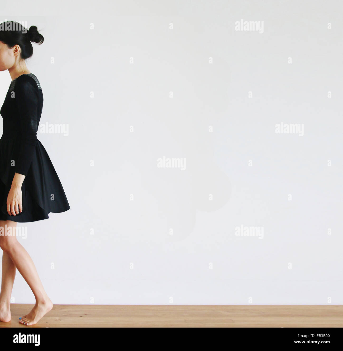 Vue latérale d'une Woman walking away Photo Stock