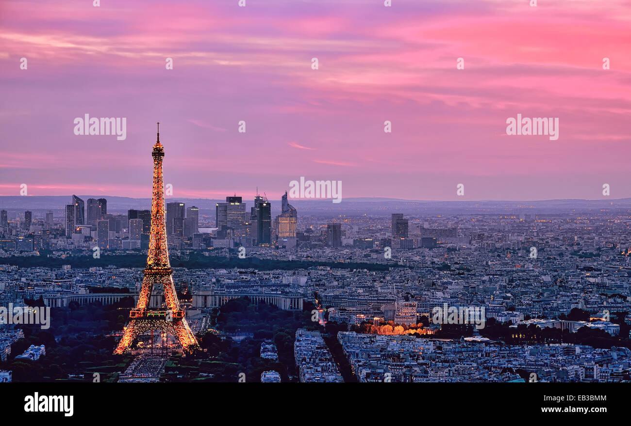 La Tour Eiffel et sur les toits de la ville, Paris, France Photo Stock