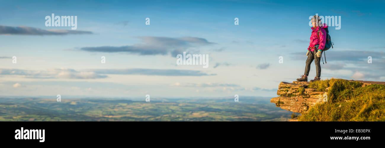 Vue panoramique de randonneur avec vue sur paysage à distance Photo Stock