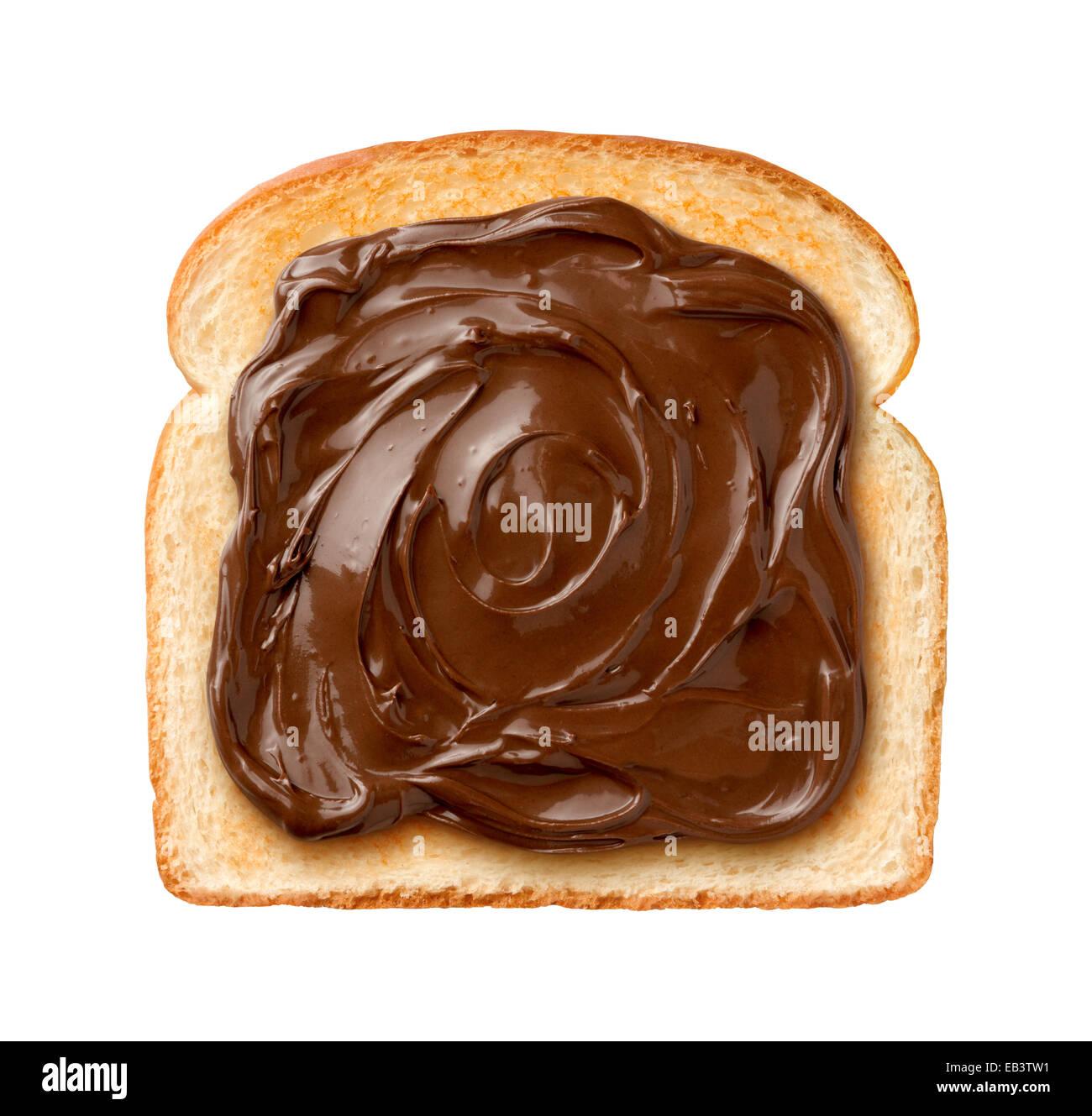Vue aérienne de chocolat à tartiner sur une seule tranche de pain grillé. Isolé sur fond blanc Photo Stock