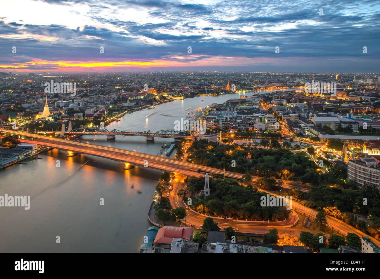 Vue sur la ville de Bangkok le long de la rivière Chao Phraya Photo Stock
