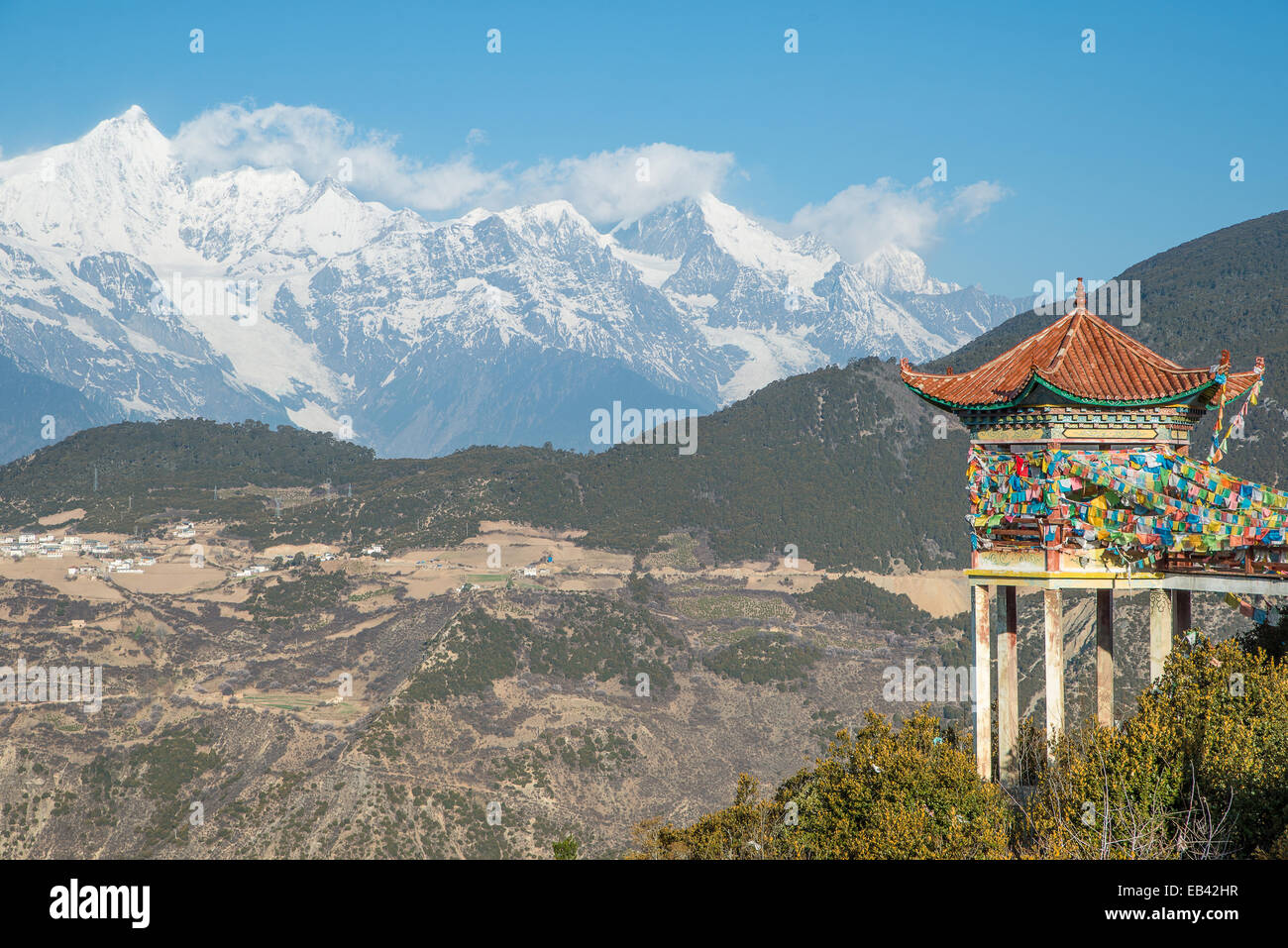 Le pavillon du Tibet et Meili Snow Mountain dans le Yunnan Photo Stock
