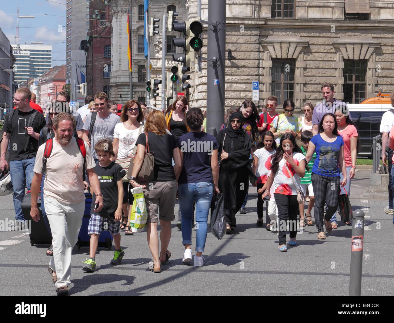 Les piétons traversant la route touristique arabe Zebra Centre-ville de Munich Allemagne Photo Stock