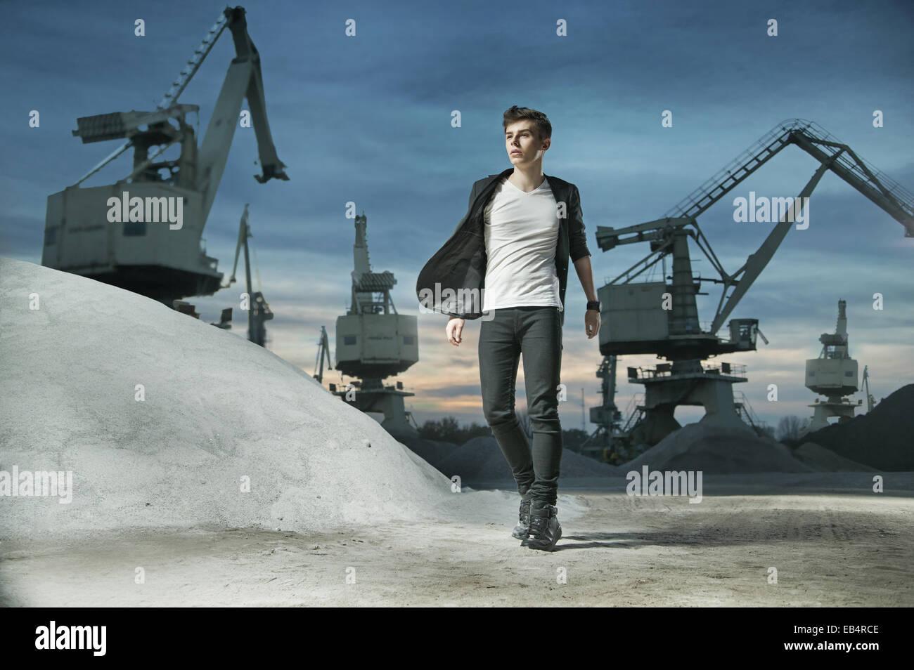 Jeune homme mince dans la surface de bâtiment Photo Stock