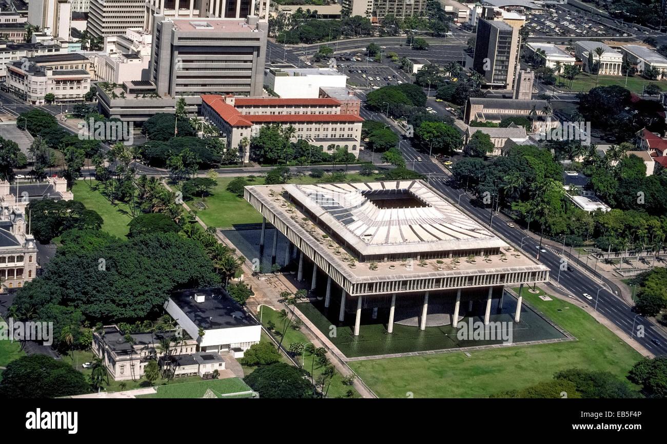 Une vue aérienne de l'unique Virginia State Capitol building dans le centre-ville d'Honolulu, Hawaii, USA, montre Banque D'Images