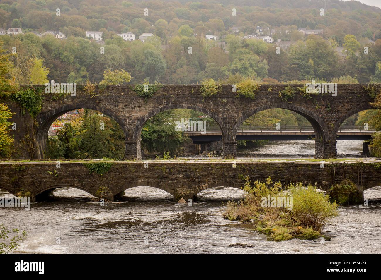 Le pont de chemin de fer et le canal de Llangollen dans Aberdulais Tennant, Neath, Wales, Royaume-Uni Photo Stock