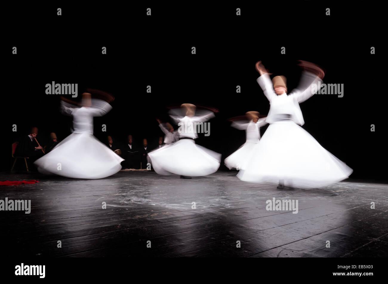 Mevlevi Whirling dervis dans le culte show Galata Istanbul. Banque D'Images