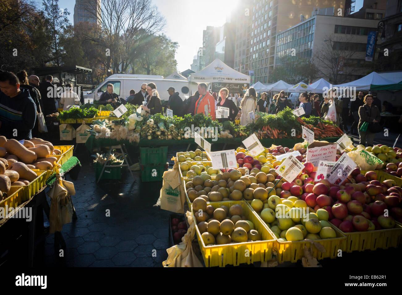 Shoppers une ferme stand à l'Union Square Greenmarket à New York le lundi 24 novembre, 2014. (© Photo Stock